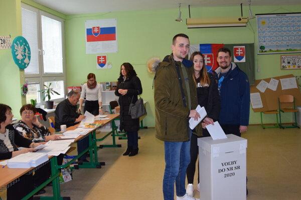 Pvovolička Rút so svojím bratom a jeho spolužiakom volila v Leviciach.