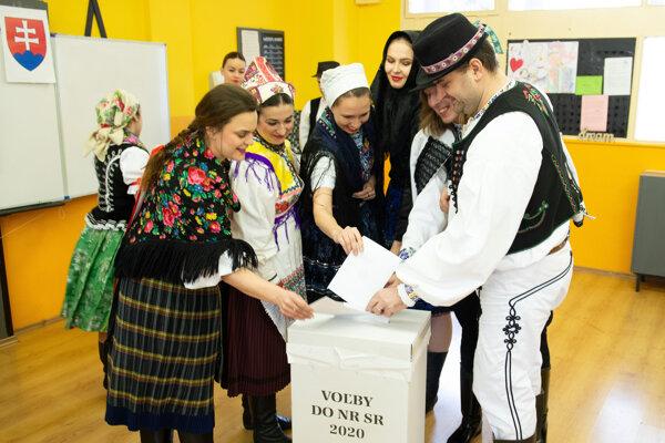 Folkoristi prišlo voliť v krojoch.