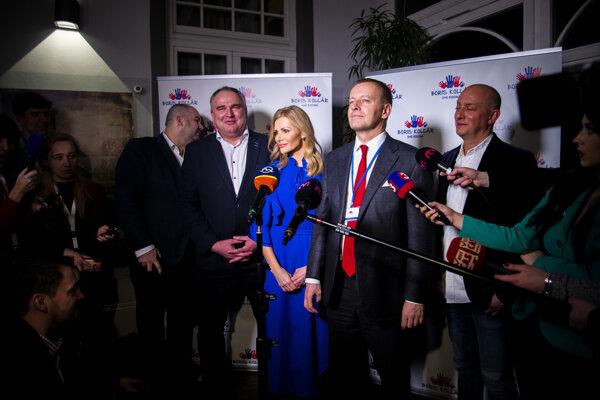 Členovia hnutia Sme rodina. Zľava Peter Pčolinský, Jozef Lukáč, Petra Krištúfková, predseda Sme rodina Boris Kollár a Ľudovít Goga počas tlačovej konferencie po zverejnení prvých volebných odhadov vo volebnej centrále.