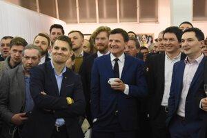 Voľby 2020: Líder KDH Alojz Hlina (v strede) sleduje prvé volebné odhady vo volebnej centrále strany po voľbách