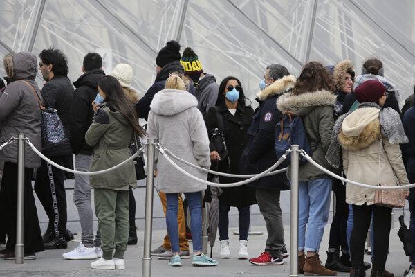 Turisti čakajú pred múzeom Louvre.