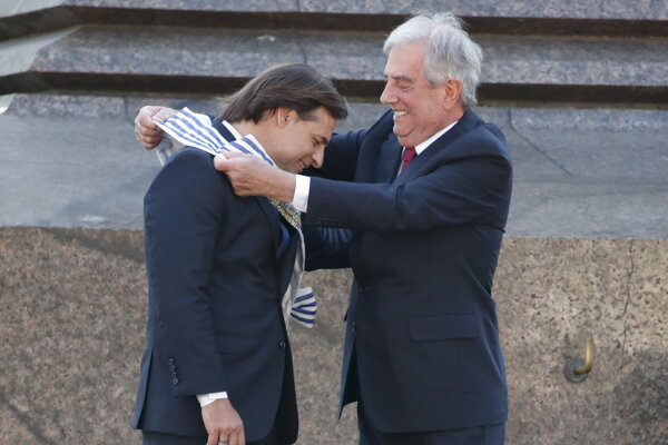 Luis Lacalle Pou (vľavo) si preberá prezidentský úrad od odchádzajúceho Tabareho Vasqueza.