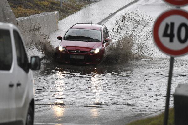Zaplavená cesta pod železnicou v obci Družstevná pri Hornáde.