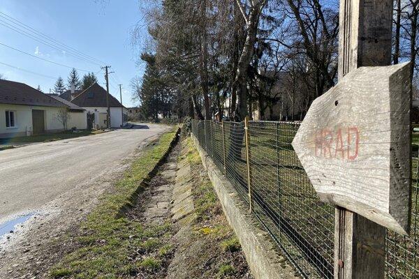 Parkovacie miesta chcú vybudovať na okraji parku, približne v miestach terajšieho jarku.