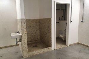 Súčasťou garáže je aj toaleta a sprcha.