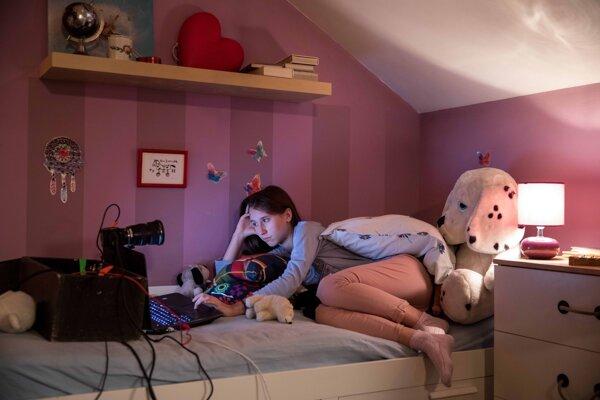 Vo falošnej detskej izbe, s falošným profilom. Film V sieti je desivý experiment.