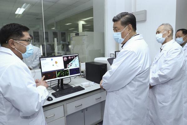 Čínsky prezident Si Ťin-pching s lekármi.