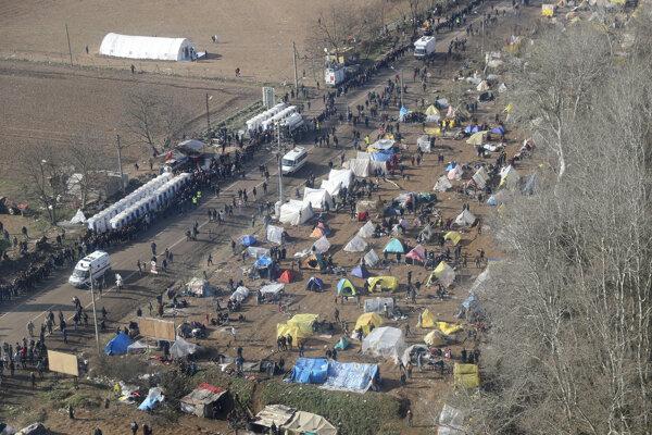 Migranti v Turecku pri hraniciach s Gréckom.