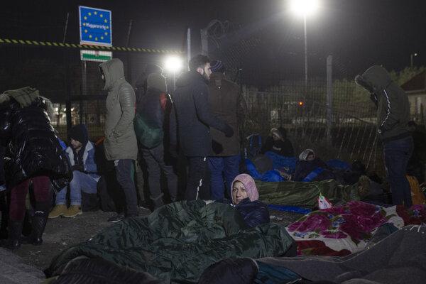 Migranti prespávajú na hranici v Kelebiji na hranici medzi Maďarskom a Srbskom.