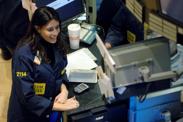 Maklérka Elizabeth Rose sleduje monitor na newyorskej burze cenných papierov.