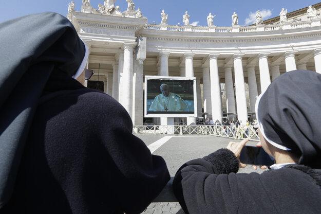 Veriaci na Námestí sv. Petra to sledovali v priamom prenose cez videoprenos na veľkoplošných obrazovkách.