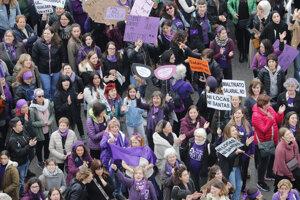 Demonštrujúce ženy sa zúčastnili pochodu pri príležitosti Medzinárodného dňa žien v španielskom Madride.