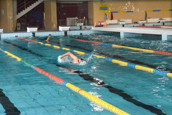 Jediný 50-metrový bazén v Košickom kraji ostáva otvorený.