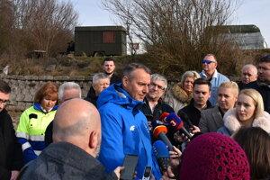 Na spoločnej snímke z Krymu na Domaši sú zachytení aj oblastný riaditeľ SVP Roman Ivančo (úplne vľavo) a starosta Kvakoviec Radovan Kapraľ (úplne vpravo).