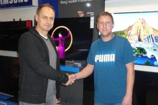 Lukáš Lukačovič (vpravo) vyhral na jeseň tipovaciu súťaž. Cenu mu odovzdá majiteľ Krajčík Elektro Topoľčany.