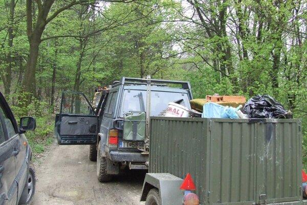 Auto využíva stráž prírody aj na odstraňovanie nelegálnych skládok.