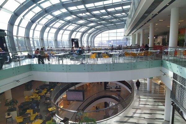 Na obed je v obchodnom centre Central prázdnejšie než inokedy.