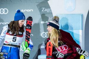 Mikaela Shiffrinová (vpravo) a Petra Vlhová po pretekoch svetového pohára v slalome žien v chorvátskom Záhrebe.