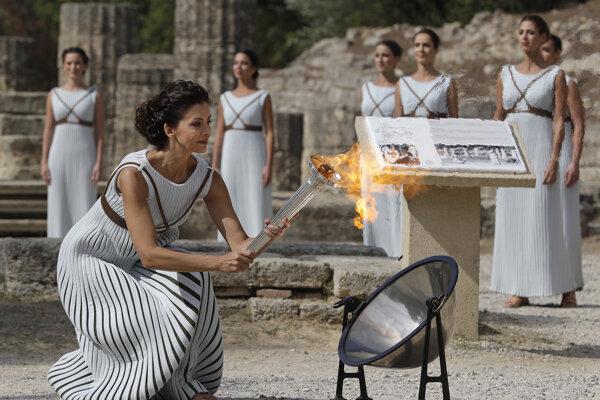 Zapálenie olympijského ohňa v Olympii.