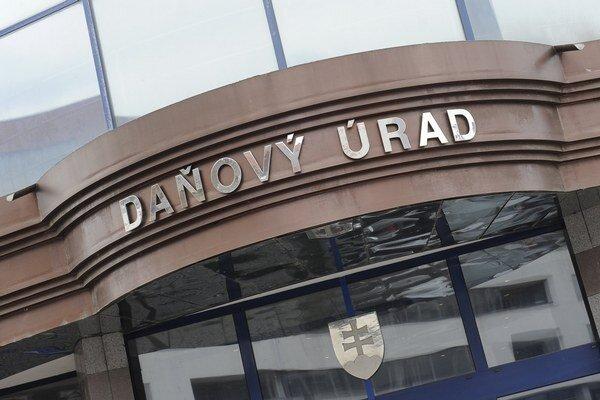V podvodoch s nadmernými odpočtami DPH bol zapletený aj vedúci oddelenia kontroly z Daňového úradu v Trnave.