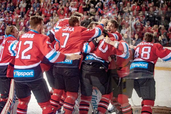 Radosť hokejistov Banskej Bystrice po zisku tretieho titulu.