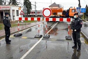 Úplne uzavretý hraničný prechod s Maďarskom pre vozidlá do 3,5 t na moste cez rieku Roňava Slovenské Nové Mesto - Sátoraljaújhely.