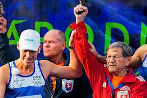 Štefan Hrušovský pred jedným zo svojich štartovaní MMM. Za ruku ho drží olympijský víťaz v chôdzi Matej Tóth.