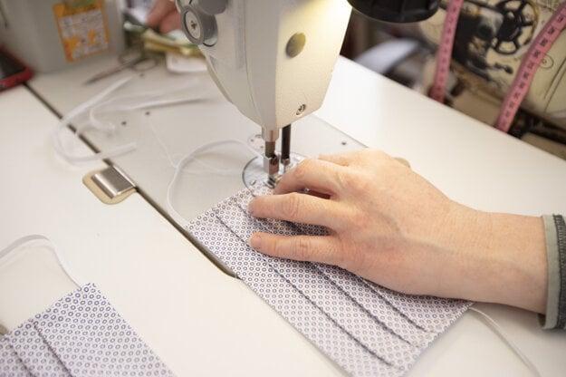 Výroba rúšok pre seniorov v chránenej krajčírskej dielni Donna Rosi v súvislosti s výskytom ochorenia COVID-19.