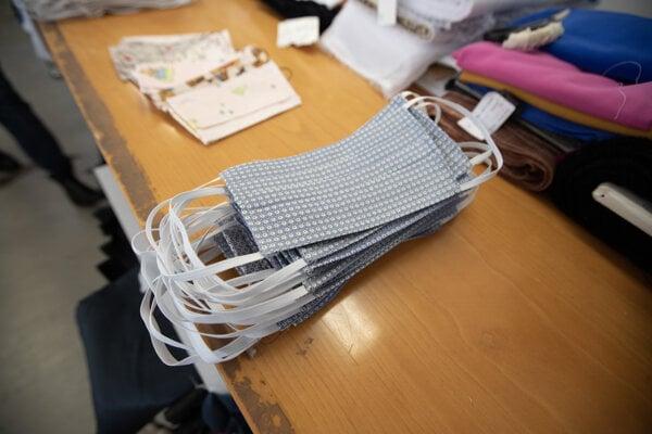 Vyrobené rúška pre seniorov v krajčírskej dielni Donna Rosi.