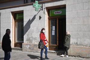 Ľudia čakajú pred lekárňou v Košiciach.