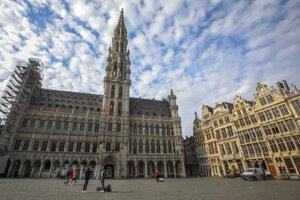 Ľudia kráčajú a fotografujú sa v Bruseli. V Belgicku sú zatvorené školy, reštaurácie a bary, taktiež sú zrušené kultúrne a športové podujatia v snahe zabrániť šíreniu nového koronavírusu.