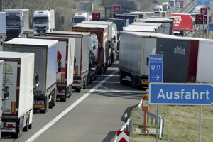 Nákladné autá stoja v rade na diaľnici A12 medzi Berlínom a poľskou hranicou vo Frankfurte Oder