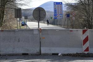 Betónovými dielcami zatarasená cesta na lokálnom hraničnom priechode v Slanských vrchoch od obce Skároš v okrese Košice – okolie do obce Hollóháza v Maďarsku.