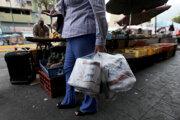 Na zábere Venezuelčanka so zakúpeným toaletným papierom v roku 2013.