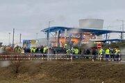 Zástup pred vstupnou bránou na dostavbu EMO 34, keď sa začali vypisovať vyhlásenia.