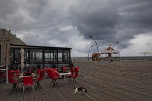 Zatvorená  reštaurácia v izraelskom prístavnom meste Tel Aviv.