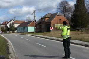 Polícia kontroluje prichádzajúce vozidlá do Slovenskej republiky z Českej republiky na hraničnom priechode Vrbovce - Veľká nad Veličkou.