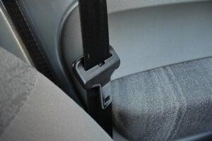 Baktérie sa usádzajú aj na spone bezpečnostných pásov.