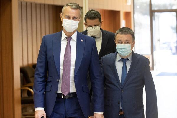 Podpredseda vlády SR pre investície a informatizáciu Richard Raši (vľavo) počas príchodu na rokovanie 202. schôdze vlády SR.