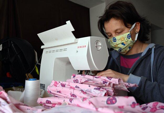Nedostatok ochranných rúšok pre obyvateľov vyriešili v obci Malá Tŕňa v okrese Trebišov vlastnými silami. Ženy zobrali šijacie stroje a začali šiť s materiálom, ktorý mali ženy vyrábajúce posteľnú bielizeň pre materské školy či na oblečenie pre deti.Vyrobené rúška odovzdá zdarma občanom pracovník obecného úradu.