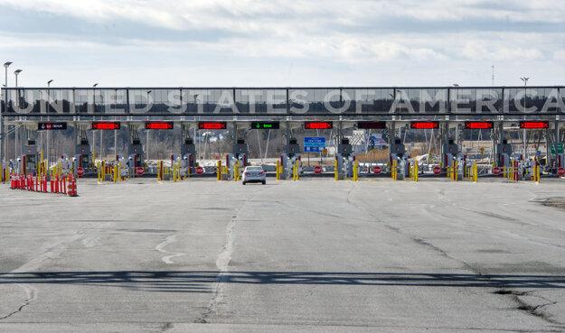 Osobné motorové vozidlo prechádza jediným otvoreným pruhom na kanadsko-americkom hraničnom priechode v Lacolle.