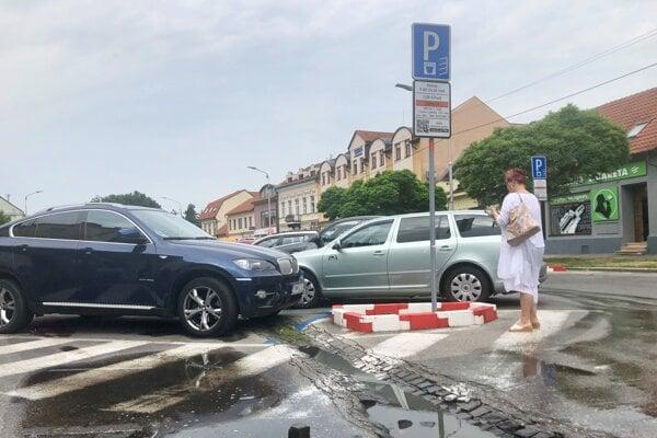 Parkovanie na Palackého ulici v Trenčíne.