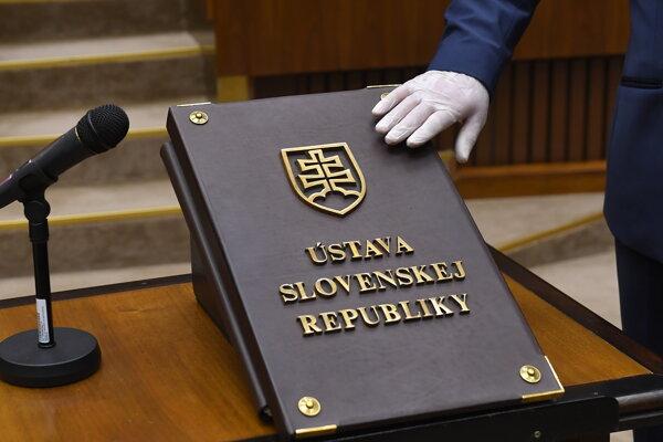 Ilustračná snímka zo skladania poslaneckého sľubu počas ustanovujúcej schôdze.