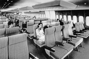 Model Boeingu 747 spoločnosti Air France v roku 1966 mal veľkorysý priestor na nohy aj na chodenie v uličkách.