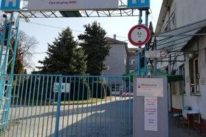 Nemocnica v Zlatých Moravciach uzavrela hlavnú bránu.