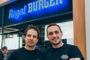 Spolumajitelia reštaurácie Regal Burger Jozef Bardík a Jozef Kuzma