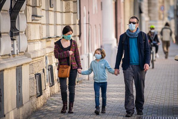 Ľudia s ochrannými rúškami v Bratislave 20. 3. 2020.