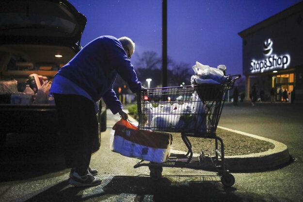 Joseph Nathan nakladá nákup do auta pri  supermarkete Stop & Shop, ktorý otvoril špeciálne v ranných hodinách, aby slúžil ľuďom vo veku 60 a viac rokov kvôli obavám z koronavírusu v americkom meste Teaneck.