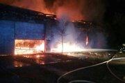 Požiar v areáli kasární.