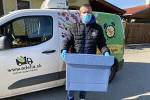 Konateľ siete Delia potraviny Jozef Berko pomáha s rozvozom potravín.